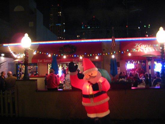Manchester Grand Hyatt San Diego: カンサスシティバーベキュー(クリスマスイルミネーション)