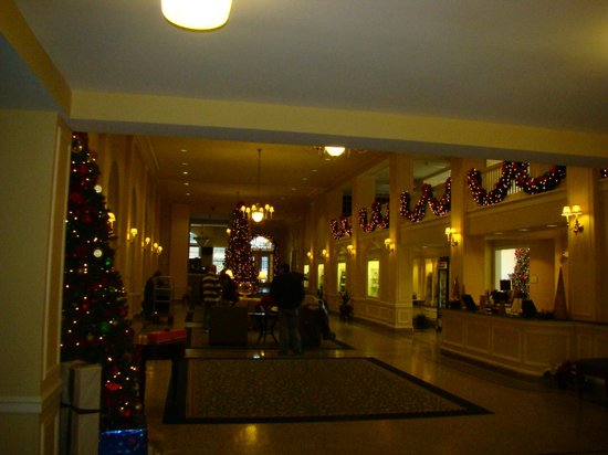 Stonewall Jackson Hotel and Conference Center: Lobby in glorious Holiday Attire