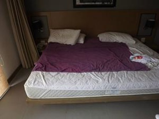 Mercure Koh Samui Beach Resort: Sleep in bed when there is no 24 hr housekeeping and staff too lazy to help with bedding!