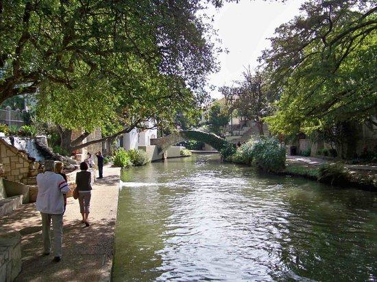 Hotel Contessa: Riverwalk behind hotel