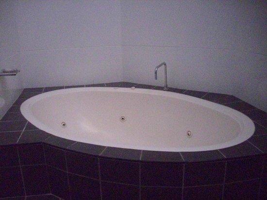 BreakFree Aanuka Beach Resort: Spa bath