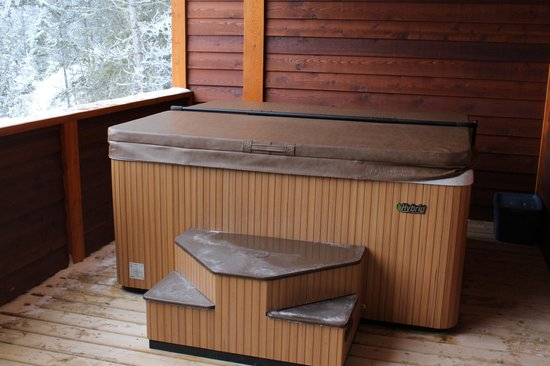 Cedar House Restaurant & Chalets : Full Size Hot Tub with an amazing view