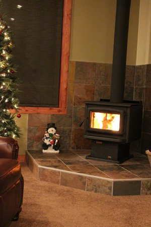 Cedar House Restaurant & Chalets: Cozy Wood Stove