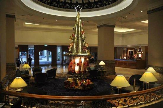 Sheraton Hanoi Hotel : 広いロビーはクリスマス間近の飾りつけ