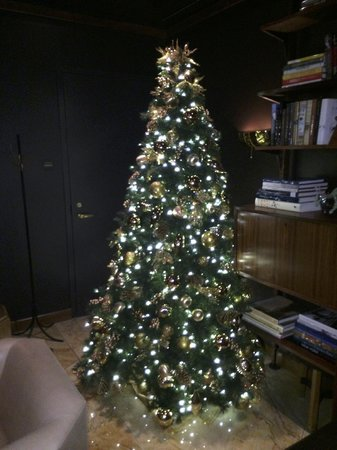 Viceroy Central Park New York: Beautiful Christmas Tree in Lobby Library
