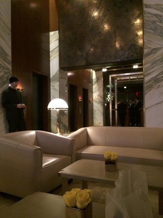 Viceroy Central Park New York: Main Lobby (Cramped Seating)