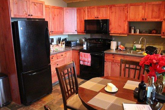 Cedar House Restaurant & Chalets: Beautiful full kitchen