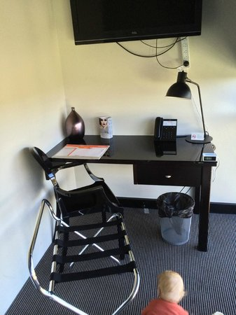 BreakFree Bell City: business desk/nook