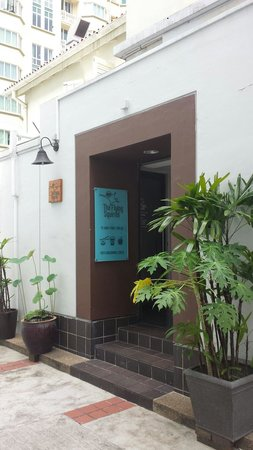 Entrance in a small alley off Amoy Street