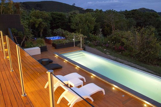 Le Chalet Waiheke Apartments: Shared Pool and Spa deck