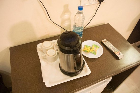 Hotel Hong Kong Inn : cofee or tea maker with biscuts and water bottle