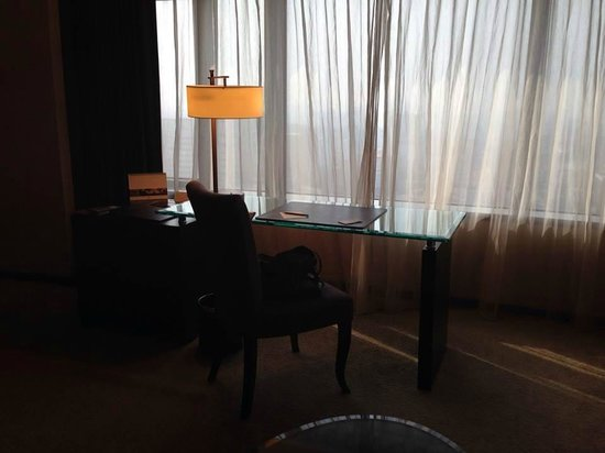 Shangri-La's Far Eastern Plaza Hotel Tainan: desk