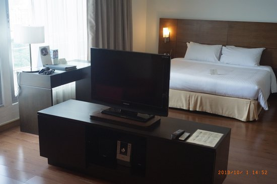 Somerset Lake Point Bangkok : 友人の部屋(中心からベッド側)
