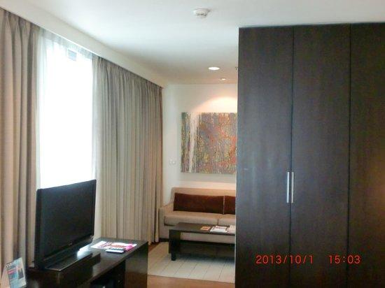 Somerset Lake Point Bangkok: 私の部屋(右にクローゼット、奥がソファー、右手にキッチンがある)