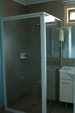 Strahan Bungalows: Bathroom