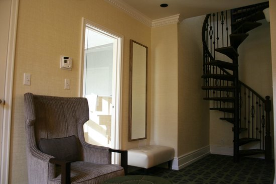 Fairmont Banff Springs : Living room w/spiral staircase in turret suite