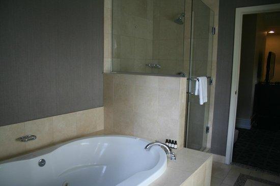 Fairmont Banff Springs: Huge downstairs bath