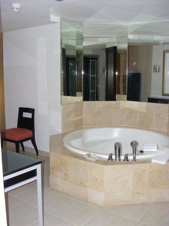 Club Paradiso The Paramount: Hot tub bath