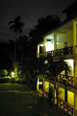 Imperial Chiang Mai Resort & Sports Club: コテージタイプの建物です。敷地はかなり広く、夜はただ暗いだけ。 夜は夜遊びなんかしないでゆったりとした時間をすごせました。