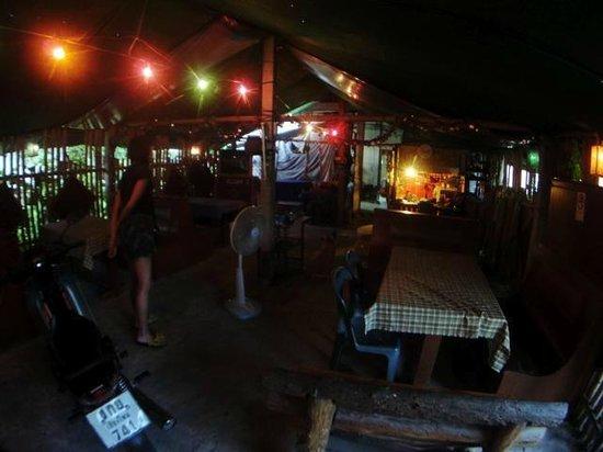 Imperial Chiang Mai Resort & Sports Club : 国道まででて、一件だけレストランを発見!完全にタイ人様ですが、写真付きのメニューなどもあり、美味しかったです。