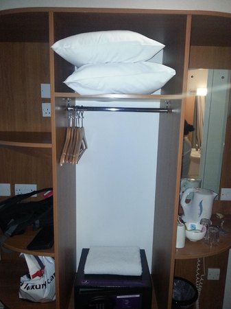 Premier Inn London Euston Hotel: Wardrobe