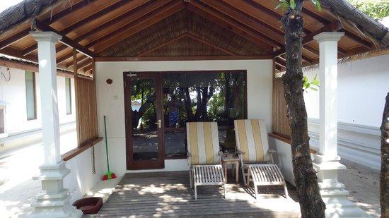 Reethi Beach Resort: Veranda in front of each Villa