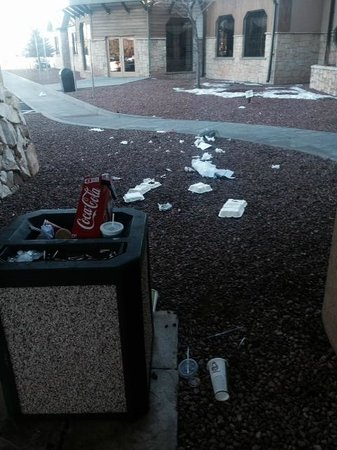 ‪‪Tusayan‬, ‪Arizona‬: Trash at main entrance!‬