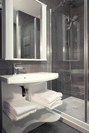 Adagio Moscow Paveletskaya : Bathroom with Shower