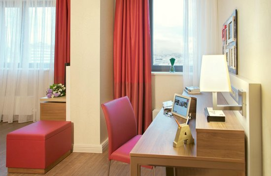 Adagio Moscow Paveletskaya : Desk in Apartment