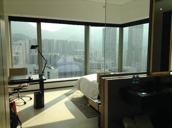 EAST Hong Kong: We got a room at the end of the hall which means we have a very nice view. however it does get h