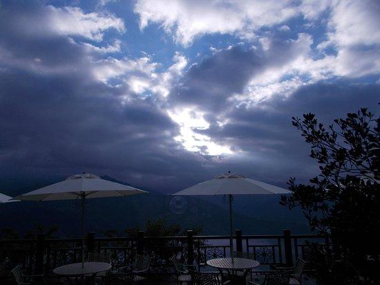 Jun Yue Hanging Garden Resort: view from corridor at 8am