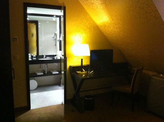 Grand Hotel Casselbergh Bruges: HEM DUŞ TEKNESİ, HEM KÜVET VAR