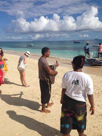 Beachcomber Island Resort: Staff singing to departing guests
