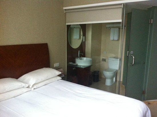 SSAW Hotel Hubin: weird that the toilet is visible from the room!