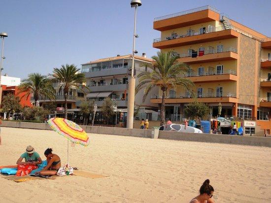 Hotel Playa: оранжевое здание-отель плая