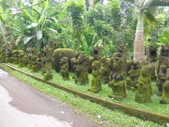 Ayung Resort Ubud: carvings on way to resort reception