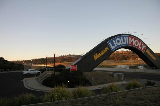 Rydges Mount Panorama Bathurst: Can't get much closer