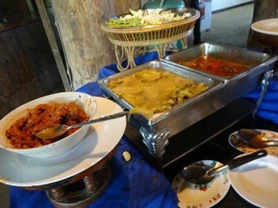 Golden Iyara Villa : Overflowing Food