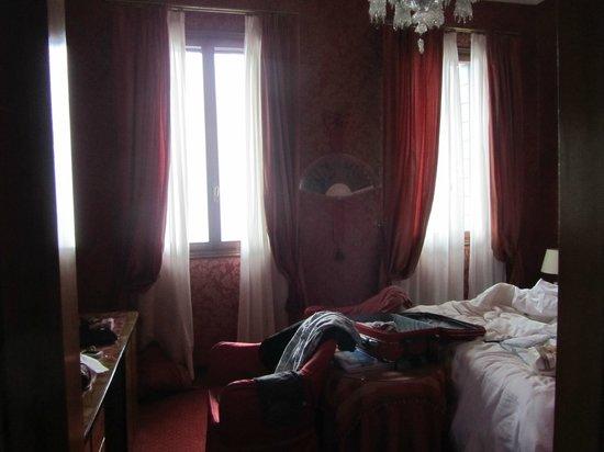 Metropole Hotel : Muy roja y muy pequeña