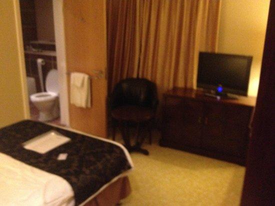 Clayton Lodge Hotel: modern room