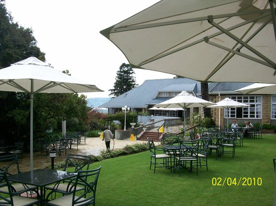 Cathedral Peak Hotel: Terrace for afternoon tea & snacks