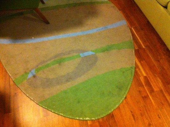 Scandic Malmen: Fläckig och smutsig matta