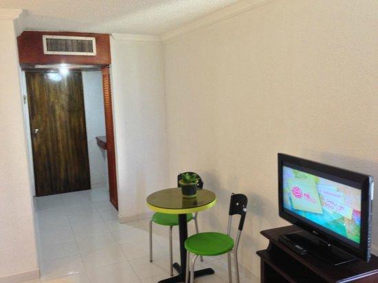 Hotel Calypso : entrance and TV