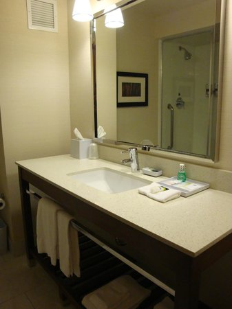 Four Points by Sheraton Downtown Seattle Center: Shinny white bathroom