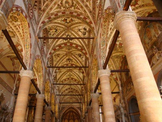 Sant'Anastasia: 内部の装飾はすばらしい。