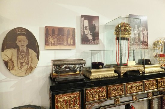 Straits Chinese Jewelry Museum Malacca: Wedding pics & accessories