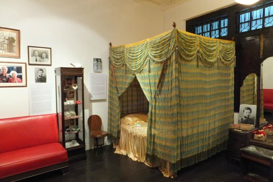 Straits Chinese Jewelry Museum Malacca: Bedroom...........see the Commode Seats - they pee in the room