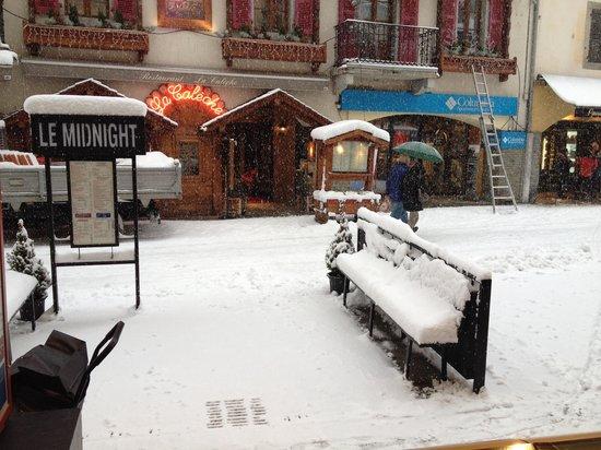 La Maison du Burger Mid'Night: Beaucoup de neige . Terrasse du MIDNIGHT