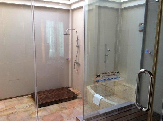 Sokha Beach Resort : presidential suite - outdoor bathroom