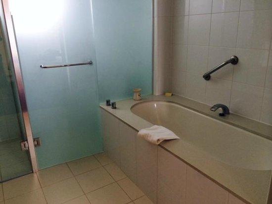 Golden Door Health Retreat & Spa Elysia : Bath and shower in each room